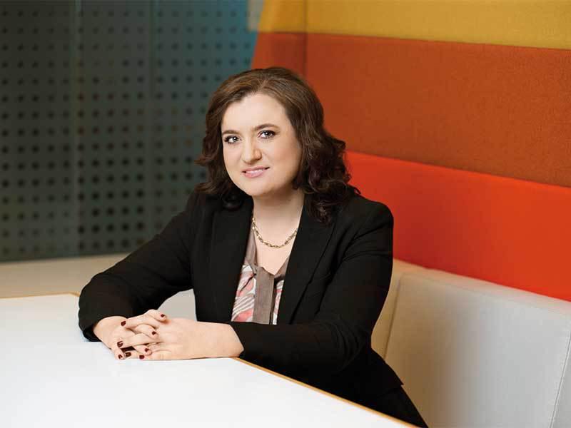 Lovitură de teatru: Raluca Ţintoiu, fostul CEO de la NN Pensii, compania care administrează banii celor mai mulţi români din Pilonul II de pensii, a câştigat procesul împotriva ASF, care a sancţionat-o şi i-a interzis să mai ocupe o funcţie executivă pe piaţa de capital pentru că şi-a avertizat membrii că guvernul PSD discută schimbări la Pilonul II de pensii