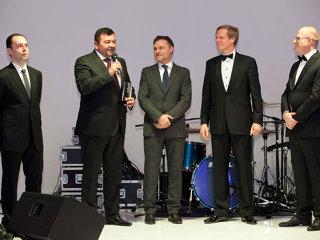 Gabriel Dumitraşcu (al doilea din stânga), şeful privatizărilor din energie, a fost desemnat personalitatea anului pe piaţa de capital. Premiul i-a fost acordat de Greg Konieczny, managerul Fondului Proprietatea (mijloc) şi Steven van Groningen (al doilea din dreapta), preşedintele Raiffeisen Bank. Ludwik Sobolewski (dreapta), CEO-ul Bursei de Valori Bucureşti, şi Lucian Anghel (stânga), preşedintele consiliului de administraţie al BVB, au amintit listările din 2013 coordonate de Dumitraşcu.