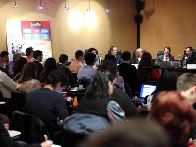 Oficiali ai bursei de la Bucureşti, ai ASF şi ai Tradeville le-au explicat cum se iau deciziile de investiţii celor aproape o sută de persoane prezente la seminarul de educaţie investiţională