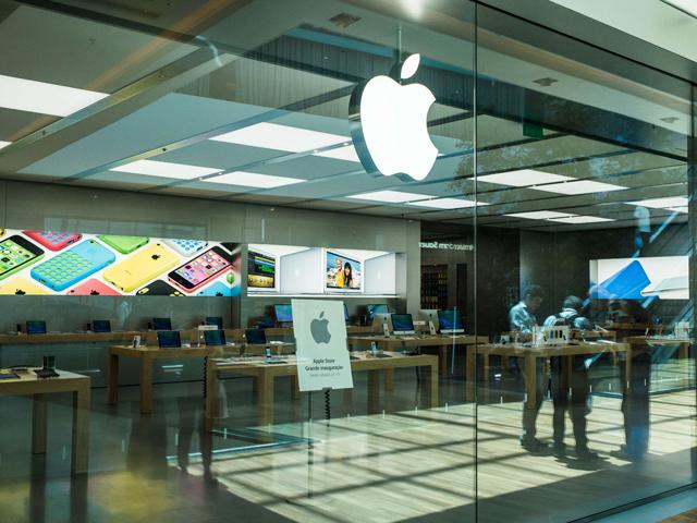 Apple îşi splitează acţiunile ca să poată intra în indicele Dow Jones. Acţiunile au crescut ieri cu 7,5% după ce compania a crescut dividendele