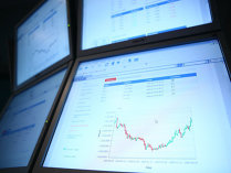 Primele trei companii de la Bursă după creşterea valorii de piaţă în ultimele 12 luni oferă randamente peste media pieţei