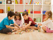 Noua ordine: părinţii aşteaptă performanţe de la copiii lor şi îi îndoapă cu cursuri, iar copiii rămân fără timp pentru joacă şi se sălbăticesc, ascunzându-se în spatele tehnologiei