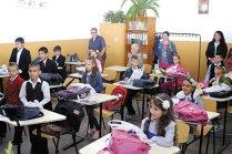 La nouă şcoli din Bucureşti, copiii au ajuns să meargă în trei schimburi la şcoală, iar în 80% din cazuri merg în două schimburi. Clasele au şi 34 de elevi