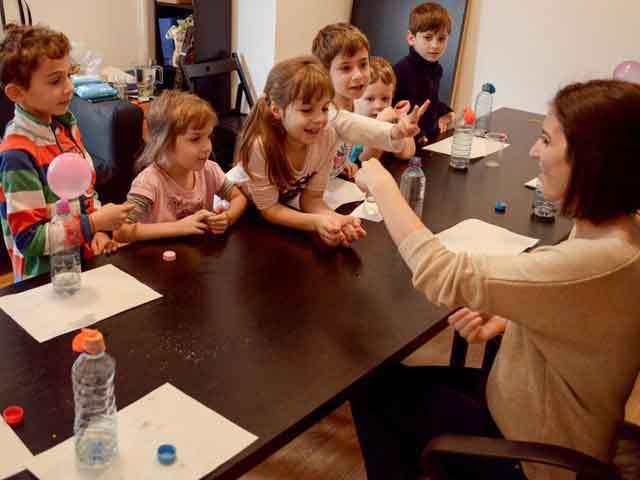 Un start-up pe zi. Două tinere au investit 1.500 de euro într-o asociaţie care organizează ateliere şi cursuri pentru copii