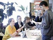 Extremele pieţei muncii: un programator câştigă de 4 ori mai mult ca un angajat din hoteluri