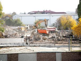 Încă o fabrică pusă la pământ de buldozere: Lidl va ridica în locul ei birouri şi magazin
