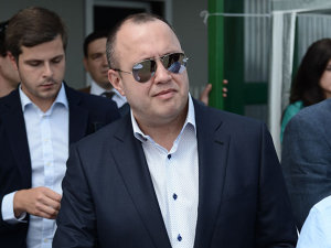 El este unul dintre cei mai puternici şi BOGAŢI români, totuşi puţini ştiu de el. Are o avere de 650 de milioane de euro