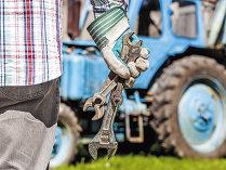 Fermele plâng după tractorişti, dar tinerii fug de o astfel de meserie. Salariile tractoriştilor pot ajunge şi la 1.000 de euro lunar