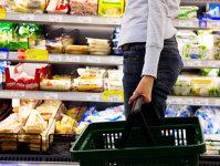Cum se împart banii românilor: o treime merg pe mâncare, haine sau cosmetice