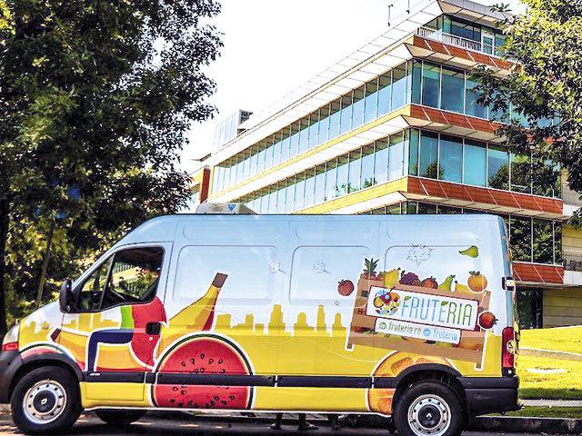 """""""Aprozarul"""" corporatiştilor din Capitală: doi antreprenori livrează zilnic o tonă de fructe pentru angajaţi din 60 de companii"""