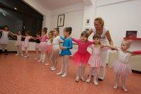 O şcoală de balet merge spre 100.000 de euro după ce a ajuns la 400 de cursanţi lunar