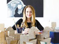 A moştenit pasiunea pentru decoraţiuni din lemn de la tatăl său şi a investit 5.000 de euro în propriul atelier