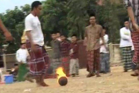 Fotbalul cu mingea de foc, jocul menit să-i întărească pe băieţii din Indonezia. VIDEO