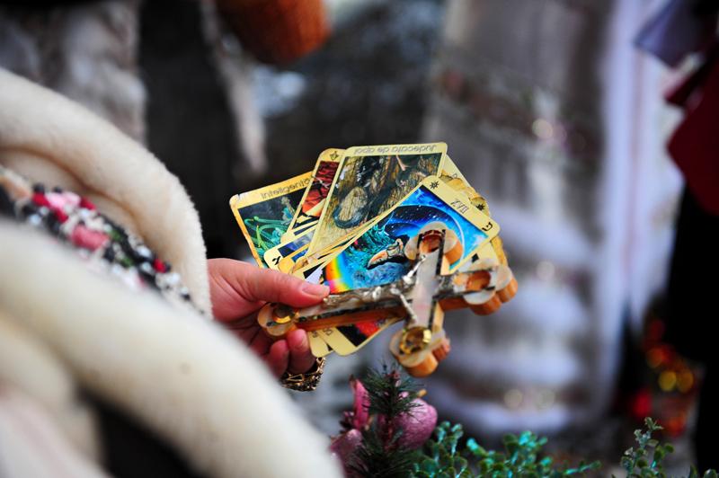 Colegiul Psihologilor: Românii cu probleme psihologice apelează în continuare la vrăjitoare, vraci, bioenergeticieni