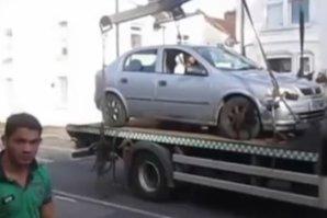 A parcat ilegal şi l-au prins hingherii de maşini. Manevra INCREDIBILĂ prin care acest şofer nervos şi-a luat maşina de pe platformă