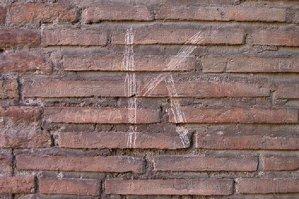 """Un turist RUS a început să-şi scrijelească numele pe un zid al Colloseumului. HALUCINANT: Ce a urmat după ce a scris primul """"K"""""""