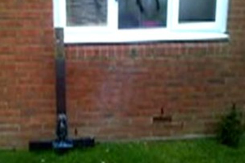 Rom�nca terorizata �n Marea Britanie. Atacatorii au furat crucea de pe morm�ntul fiicei sale si au �nfipt-o invers �n curtea ei
