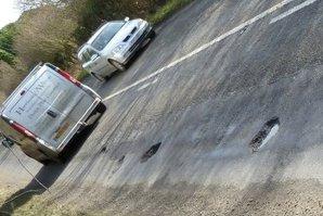 Imaginea care i-a umilit pe români. Cum caută aceşti cetăţeni gropile din asfalt. Este incredibil!