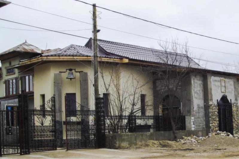 Desi caterisiti, doi preoti din Ialomita si-au construit propria biserica, �n curte. Care este argumentul lor