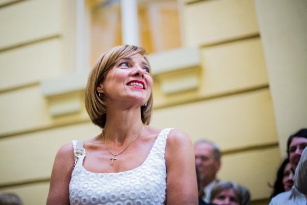 Cine o îmbracă pe Prima Doamnă, Carmen Iohannis