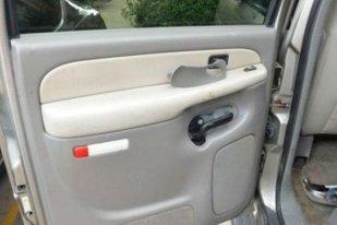 Un bărbat şi-a cumpărat o maşină SH, dar când a vrut să repare portiera a făcut o descoperire ULUITOARE. A chemat imediat poliţia