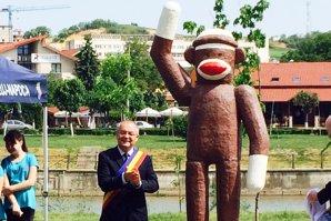 Emil Boc a inaugurat o maimuţă pe nume Nelson, la Cluj