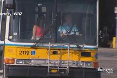 """Toropiţi de căldura din autobuz, şapte pasageri au avut parte de o mare surpriză: şoferul a tras brusc pe dreapta iar ce a urmat """"a făcut ziua tuturor mult mai frumoasă"""""""