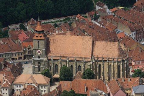 După doi ani de analize, specialiştii au detectat cauza deteriorării covoarelor vechi de 500 de ani, de mare valoare, din colecţia Bisericii Negre din Braşov