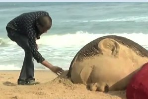 """""""Umanitatea a eşuat. Ruşine, ruşine, ruşine"""". Băieţelul de trei ani descoperit mort pe o plajă din Turcia, omagiat de un artist indian"""
