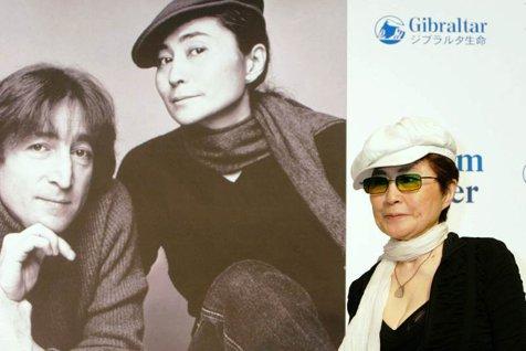 Yoko Ono, văduva cântăreţului John Lennon, a ajuns la spital