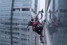O campioană la alpinism a escaladat o clădire folosind două aspiratoare