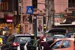 O şoferiţă a chemat doi poliţişti lângă maşina ei. Ce a urmat i-a lăsat mască pe toţi. Imaginile din Bucureşti care fac înconjurul internetului