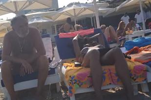 Apariţie-surpriză pe plajă la Mamaia. Cine este tânăra de 32 de ani care l-a însoţit pe Ion Ţiriac