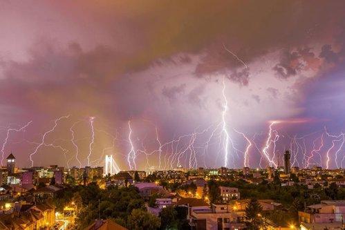 Fotografia care a devenit virală după furtuna de luni seară din Bucureşti