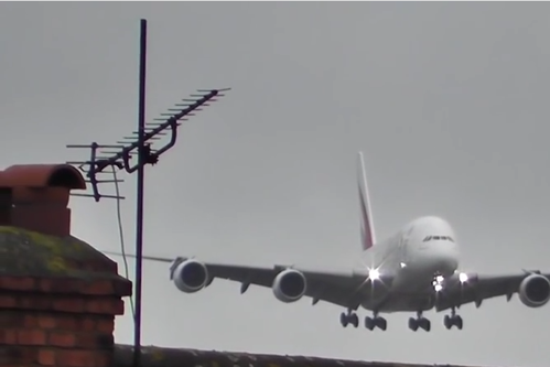 Imagini dramatice pe aeroportul din Manchester: ce păţeşte un avion cu 600 de pasageri la bord care se pregăteşte de aterizare