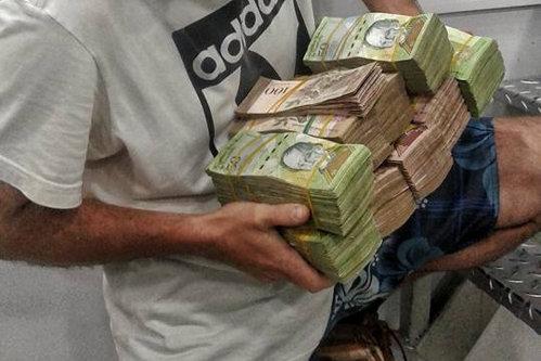Un român s-a dus să schimbe 150 de dolari în Venezuela. Iată ce a primit în schimb