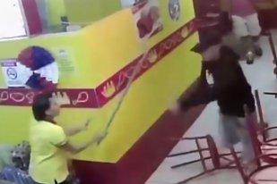 VIDEO. Doi hoţi au vrut să jefuiască un restaurant, dar nu au fost pregătiţi pentru ce îi aştepta înăuntru