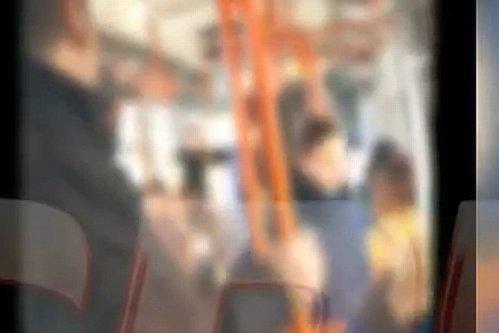 Trei controloare RATB, date jos din tramvai de un călător nervos: ''Vă iau şi la picioare!''