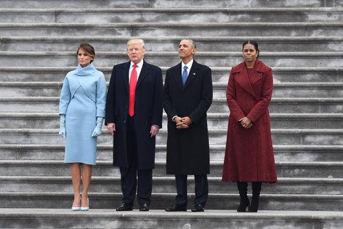"""GALERIE FOTO. Cine a """"îmbrăcat-o"""" pe Melania Trump la ceremonia de investire. Trei designeri au refuzat-o"""