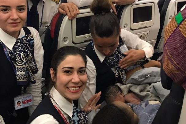 Cum au asistat patru stewardese de la Turkish Airlines naşterea unui bebeluş în timpul zborului. FOTO