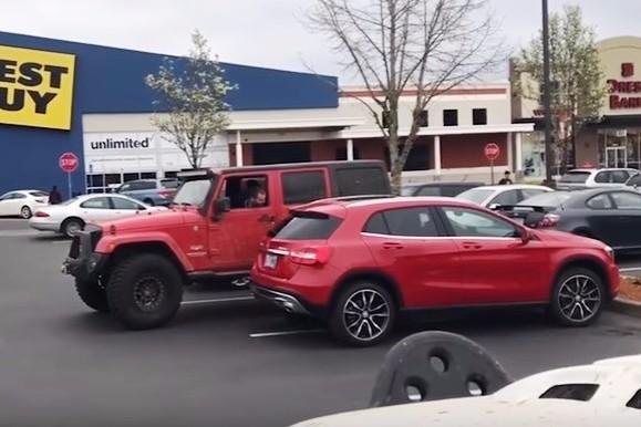 Pedeapsa supremă pentru un şofer care a parcat pe două locuri. VIDEO