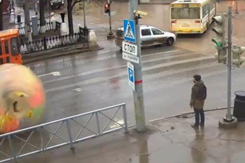 Imaginaţie fără limite. Soluţia inedită găsită de un rus pentru a se proteja de ploaie în drum spre muncă. VIDEO