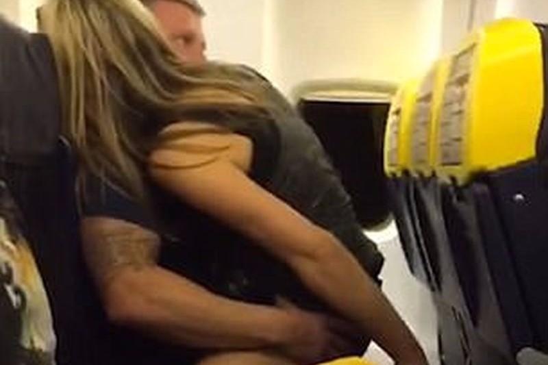 """VIDEO. Imagini incredibile dintr-un avion Ryanair. """"Aveţi un prezervativ?"""""""