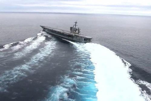 Imagini impresionante cu portavionul USS Abraham Lincoln. Ce se întâmplă când virează la peste 55 de km/oră