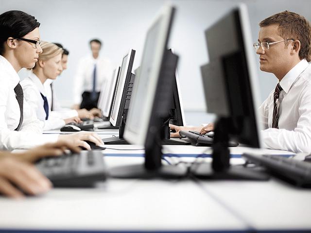 Problema de sănătate care apare la 2 din 3 angajaţi români din cauza obiceiurilor dezvoltate la locul de muncă