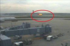 Momente de groază surprinse de camerele unui aeroport din SUA. Motorul unui avion explodează şi ia foc înainte de decolare. VIDEO
