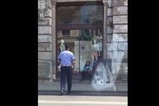 Un poliţist a văzut o bătrână vânzând flori pe Magheru. Gestul pe care l-a făcut imediat l-a  transformat în vedetă pe Facebook. Un milion de oameni au văzut imaginile. VIDEO