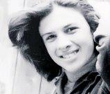Această tânără din fotografie este astăzi, probabil, cea mai iubită vedetă din România. O recunoşti?