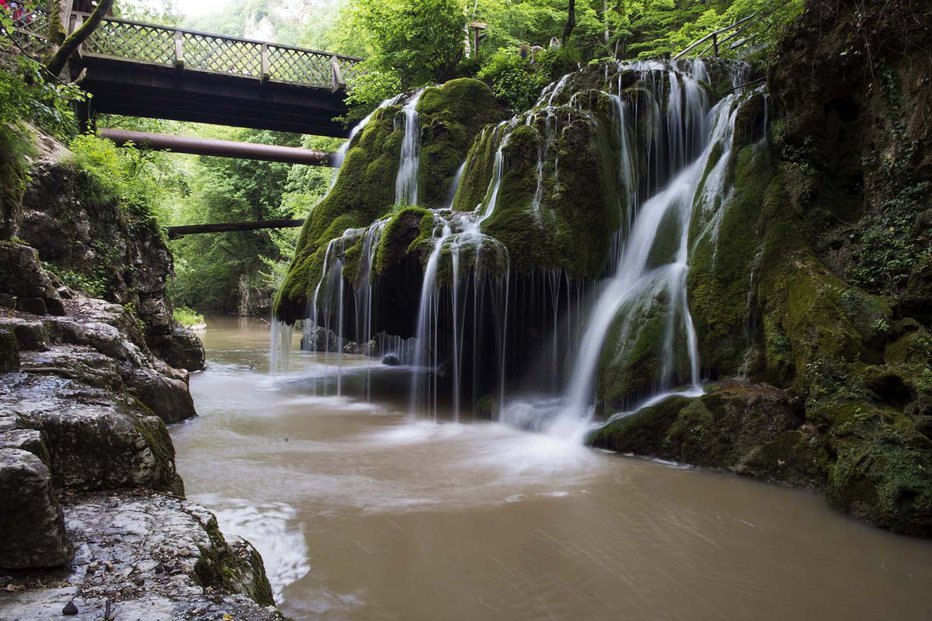 Locul unic din România unde poţi admira cinci cascade. Peisajul îţi taie respiraţia