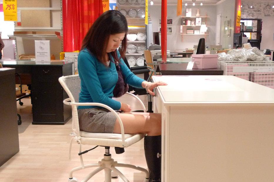 Avem răspunsul la întrebarea: Cine este mai bun la asamblarea mobilierului IKEA, un bărbat sau o femeie?
